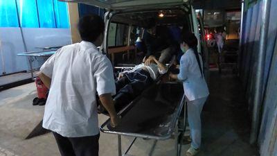 Xe cấp cứu kẹt giữa 'tâm bão' mừng Việt Nam vô địch, thanh niên nhanh trí giải cứu