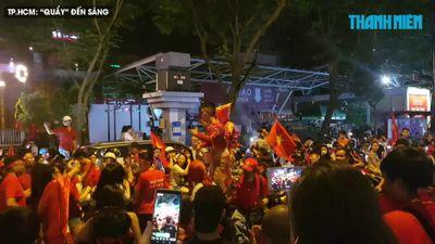 Khóc cười trong trận 'bão đêm' khổng lồ thâu đêm mừng Việt Nam vô địch