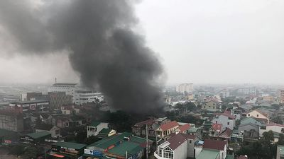 Nóng: Cháy lớn ở kho lốp trên đường Nguyễn Trãi (TP. Vinh)