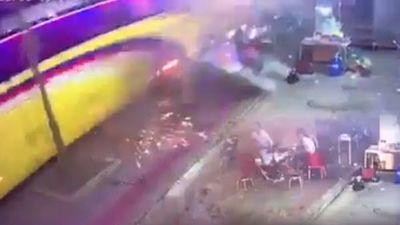 Ngồi sát lề đường nhậu mừng Việt Nam vô địch AFF Cup, 2 người bị xe khách tông chết