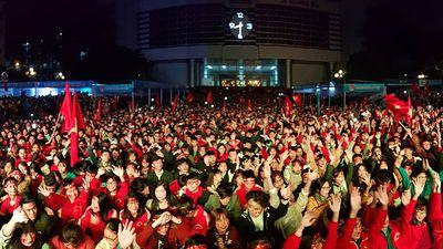 Những khoảnh khắc đẹp khi sinh viên cổ vũ đội nhà giành ngôi vô địch AFF cup lịch sử