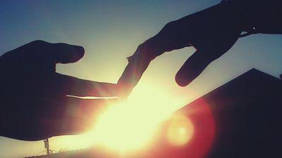 Đừng cố níu kéo, hãy buông tay khi tình yêu đã nguội tàn