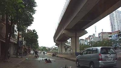 Clip: Lái xe bằng 1 tay, nam thanh niên tông ngã người đi đường