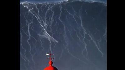 Clip: 'Đẳng cấp' lướt ván chinh phục con sóng cao hàng chục mét