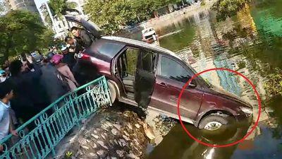 Clip: Ô tô lao qua dải phân cách, 'cắm đầu' xuống hồ Trúc Bạch, Hà Nội