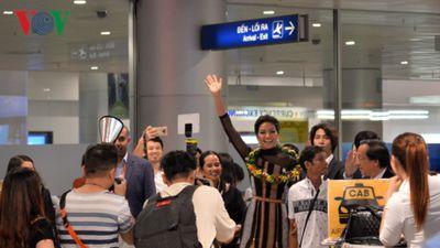 H'Hen Niê trở về trong vòng tay đón chào nồng nhiệt của gia đình và người hâm mộ