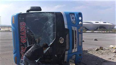 Xe khách 45 chỗ lật nghiêng trên quốc lộ, phụ xe tử vong tại chỗ