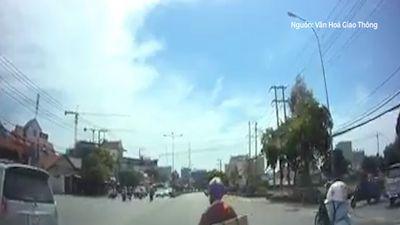 Vượt không nhìn đèn tín hiệu, tài xế bị tông ngã ra mặt đường