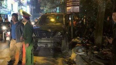 Clip: Phút kinh hoàng xe Lexus chèn qua người ở Hà Nội