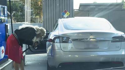 Mang xe điện Tesla đi đổ xăng, cô gái khiến cả thế giới phì cười vì sự ngây ngô của mình