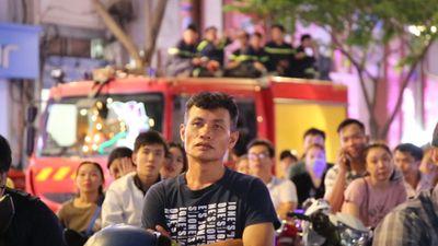 Cổ động viên Sài Gòn tiếp lửa cho tuyển Việt Nam lúc nửa đêm