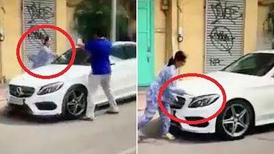 Bị thách thức, người phụ nữ dùng búa đập xe sang đậu trước nhà