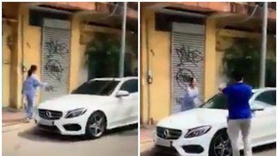Cụ bà dùng búa tạ đập nát xe Mercedes vì đỗ ngang nhiên trước cửa nhà