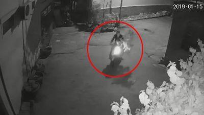 Nam thanh niên đi xe tay ga trộm cây mai trong đêm tối