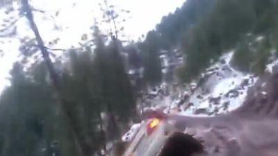 Clip: Nhoài người ra cửa kính khiến ôtô rơi xuống vực