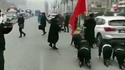 Nữ nhân viên bị bắt bò dọc con phố vì không đạt doanh số bán hàng