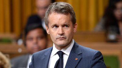 Biểu cảm hài hước của Bộ trưởng Canada khi uống phải nước đóng băng tại họp báo