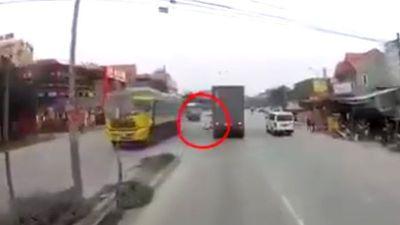 Clip đi SH không chống chân tới đường, 2 người bị container bị cán chết