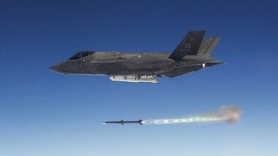 Xem chiến đấu cơ tàng hình F-35 phóng bom diệt 5 mục tiêu cùng lúc