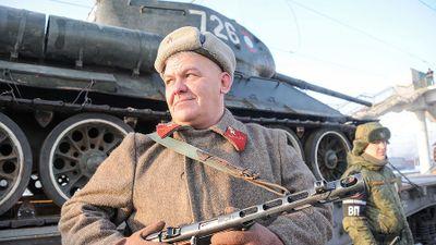 Dân Nga hân hoan đón chào xe tăng T-34 huyền thoại trở về từ Lào