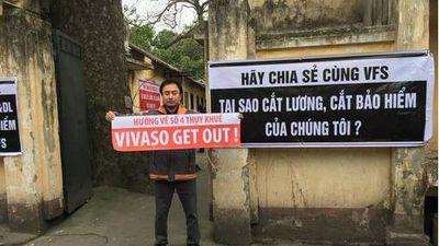 Bị cắt lương, các nghệ sĩ Hãng phim truyện Việt Nam căng băng rôn phản đối