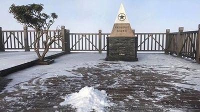 Băng tuyết phủ trắng xóa, đỉnh Fansipan đẹp mộng mơ