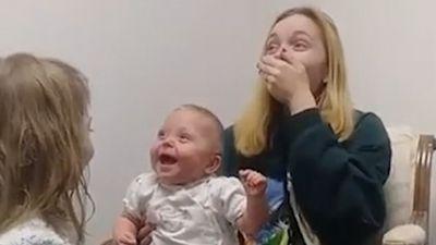 Điều kỳ diệu: Bé khiếm thính bật cười khi nghe giọng chị gái