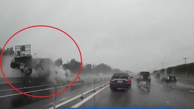 Xe container mất lái đâm tung dải phân cách khi đi trên cao tốc ở Mỹ