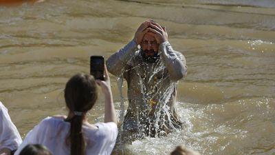 Người Nga ngâm mình xuống sông băng lạnh buốt trong Lễ Hiển linh
