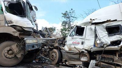 2 container đâm nhau, cứu hộ cắt cabin để đưa thi thể tài xế ra ngoài