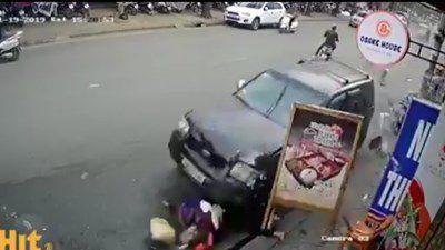 CLIP ghi lại thời khắc kinh hoàng xe điên gây tai nạn liên hoàn trên phố Ngọc Khánh