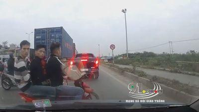 Thanh niên đi xe máy chở 3 tạt đầu ô tô, chặn đường định hành hung tài xế