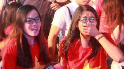 VĐV khóc ngất khi đội tuyển Việt Nam giành vé vào tứ kết