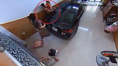 Chơi đùa trong nhà, em bé vô tình bị kẹt đầu giữa tường và ôtô