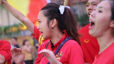 CĐV Sài Gòn đánh trống, nhảy múa ủng hộ tuyển Việt Nam