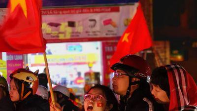 Biển người đổ về trung tâm Hà Nội ăn mừng chiến thắng