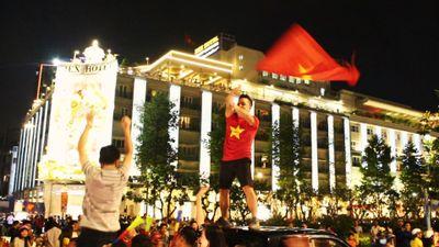 Người Sài Gòn cầm cúp đổ xuống đường 'đi bão' mừng chiến thắng