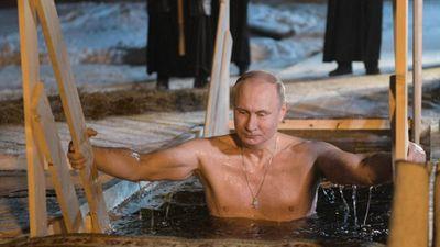 Tổng thống Putin cởi trần, ngâm mình dưới hồ nước lạnh giá
