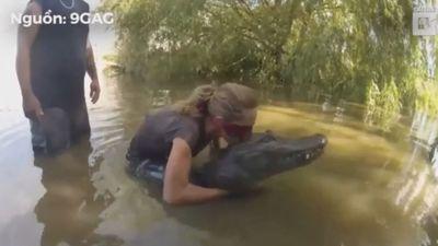 Thót tim cảnh du khách bịt mắt bắt cá sấu dưới đầm lầy