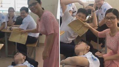 Nam sinh nằm ngủ trong lớp và phản ứng hài hước của cô giáo