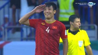 Sút thành công quả 11m quyết định, Bùi Tiến Dũng kiêu hãnh giơ tay chào kiểu nhà binh