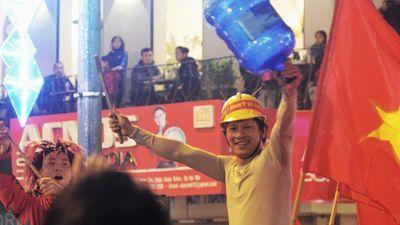Muôn kiểu mừng chiến thắng của cổ động viên Hà Nội