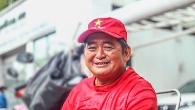 Người cha 13 năm bán bánh trên vỉa hè Sài Gòn nuôi 3 con ăn học
