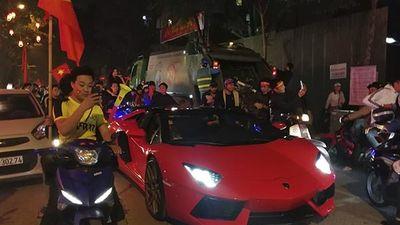 Việt Nam chiến thắng: Lamborghini chở Tuấn Hưng cùng vợ đỏ rực trên phố