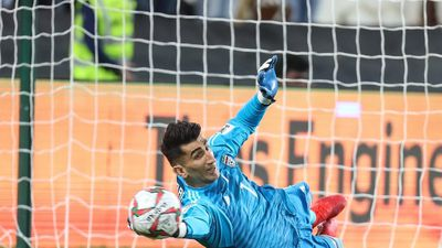 Thủ môn làm Ronaldo, Công Phượng ôm hận: 4 trận chưa lọt lưới, ném bóng xa 64m