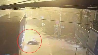Clip: Phóng xe tốc độ cao, nam thanh niên lao thẳng vào gầm container
