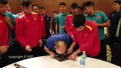 Cận cảnh HLV Park 'lừa' Đức Huy cho Quế Ngọc Hải úp bánh kem gây sốt