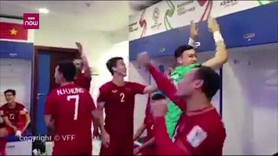 Clip: Tuyển thủ Việt Nam tưng bừng ăn mừng sau khi vào tứ kết