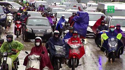 Clip: Giao thông Hà Nội hỗn loạn trong mưa lạnh đầu tuần