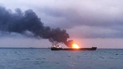 Nga: Hai tàu bốc cháy ngùn ngụt ở eo Kerch, nghi bị tấn công